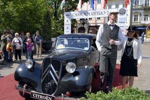 Cassovia retro 2009. K historickému vozidlu patrí aj dobový odev.