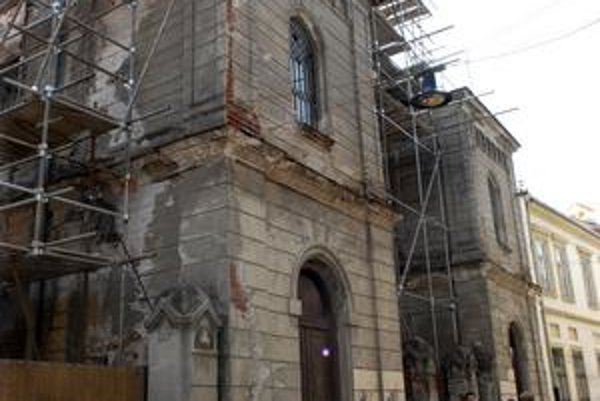 Synagóga. Pri rekonštrukcii v roku 1998 priviezli medený plech na jej strechu až z Viedne