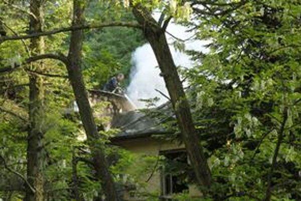 Zásah. Hasiči sa museli k domu šplhať po rebríkoch.