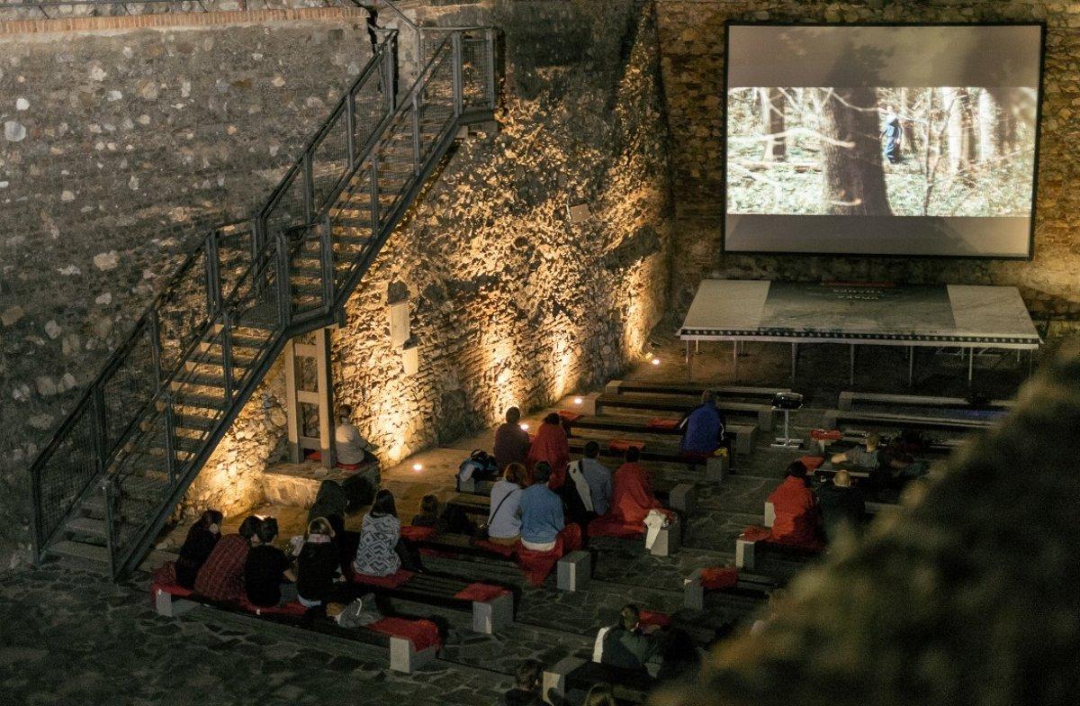de6d42700 V gotickej priekope na hrade počas prázdnin premietajú filmy.