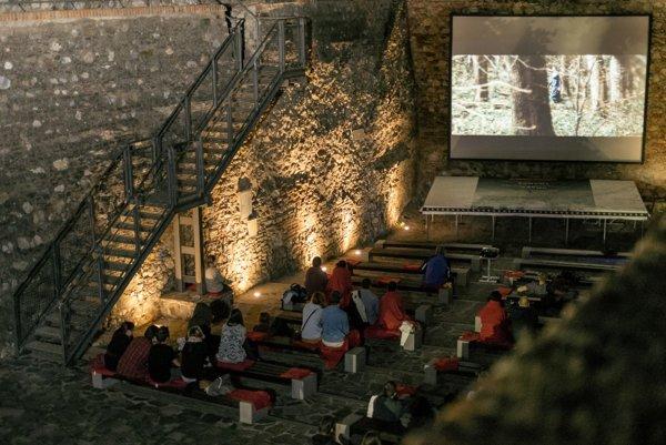 V gotickej priekope na hrade počas prázdnin premietajú filmy.