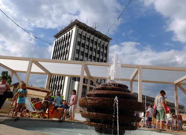 Staršiu fontánu v strede námestia zakomponovali do projektu.