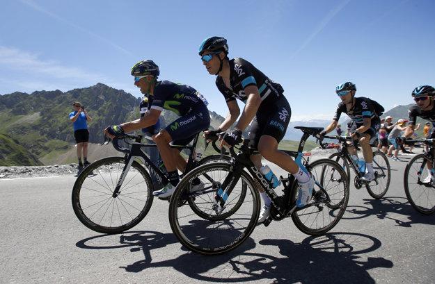 V čele skupiny favoritov ťahajú najmä jazdci tímov Sky a Movistar, skvelú prácu pre Chrisa Frooma odvádza Mikel Landa (druhý zľava).