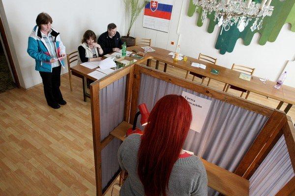 Voliči. Nie každý bude môcť prísť do volebnej miestnosti. Kto chce, môže poslať hlas poštou.