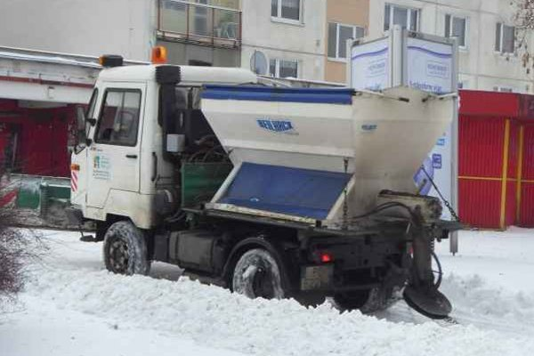 Chodníky. Túto zimu je menej snehu, takéto stroje ešte správca nemusel použiť.