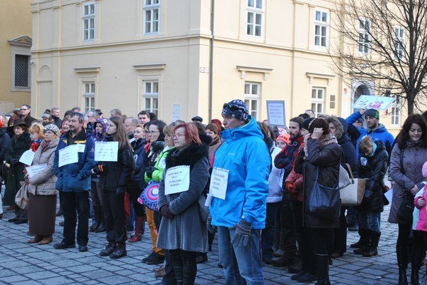 Protest v centre mesta pred Evanjelickým kolégiom.