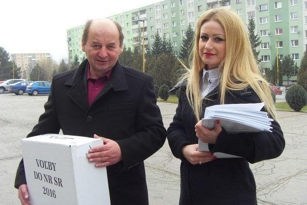 S prenosnou urnou. Anton Matis a Nikola Ďurčová sa chystali na Karpatskú ulicu.