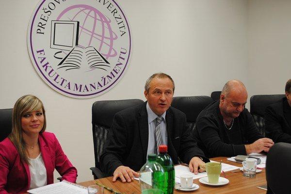 Dekan Róbert Štefko (uprostred). Upozornil, že študentom už môžu udeľovať aj titul doktor prírodných vied.
