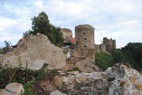 Rekonštrukčné práce na hrade pokračujú už niekoľko rokov.