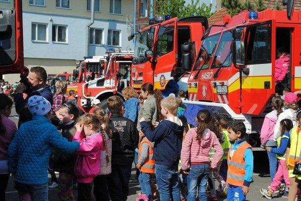 Areál hasičskej stanice. Deti boli zvedavé najmä na techniku.