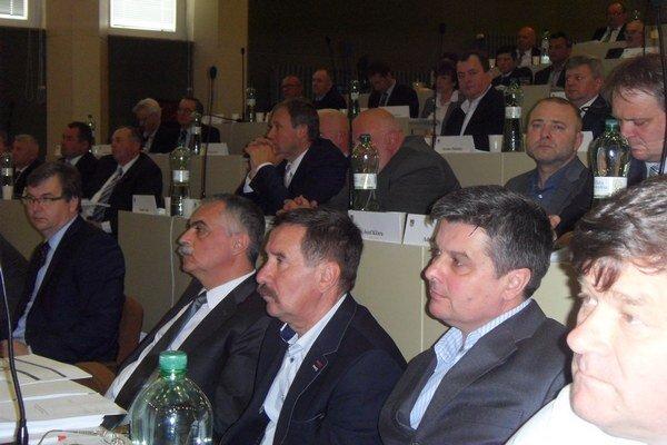 Poslanci. Každý z nich môže rozdeliť 7-tisíc eur.
