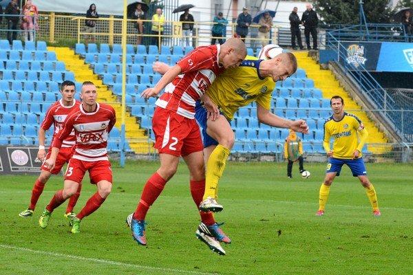 Prešovčania bojujú sLiptákmi. Futbalisti Liptovského Mikuláša (v červenom) sa musia spoliehať na zakopnutie svojho priameho konkurenta.