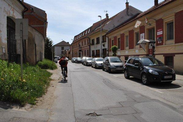 Jarková ulica. Jednosmerku chcú pre cyklistov zobojsmerniť.