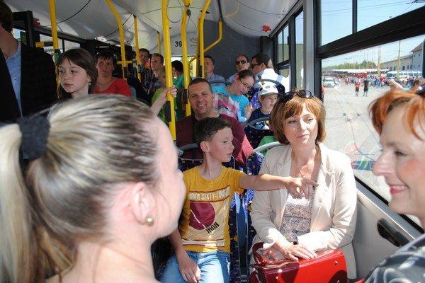 Skúšobná jazda. V novom autobuse sa previezla aj primátorka Andrea Turčanová.