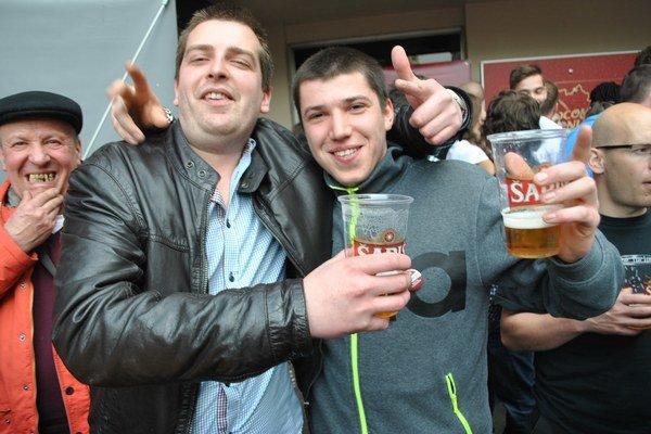 Zábava v Londýne v plnom prúde. Radovan Šebeš z Ľubovca (vpravo) s kamarátom Paľom.