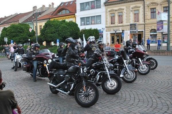 Motorkári spestrili mestské oslavy