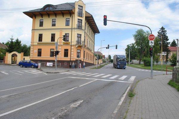 Frekventovaná križovatka Vajanského - Hollého. Čakajú ju dopravné obmedzenia.