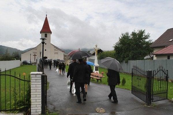 Pred kostolom. S nebohou sa lúčili stovky ľudí.
