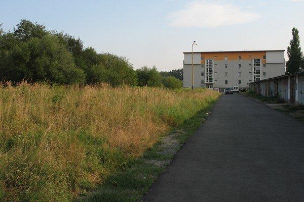 Byty sa majú stavať na zarastenom pozemku medzi garážami a areálom veterinárnej nemocnice na Bajkalskej ulici.