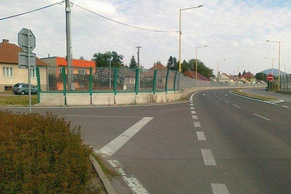 Výjazd. Vodiči vraj pre protihlukovú stenu nevidia na hlavnú cestu.