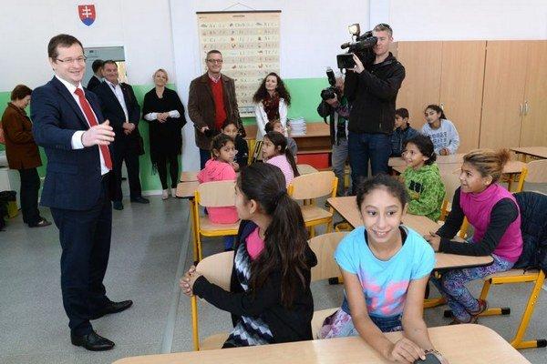 Minister v jednej z tried.