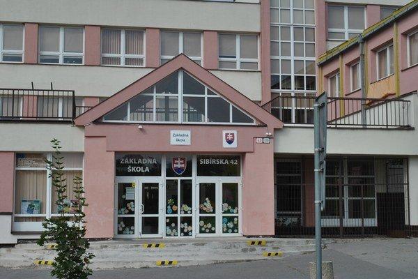ZŠ Sibírska. Riaditeľku školy obvinili a zadržali.