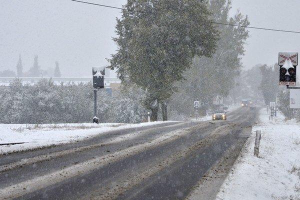Prvý tohtoročný sneh cestárov už vyhnal do terénu.