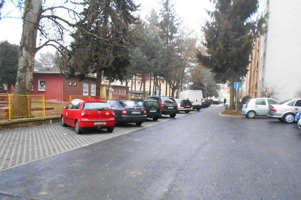 Októbrová ulica. Pribudli tu parkovacie miesta.