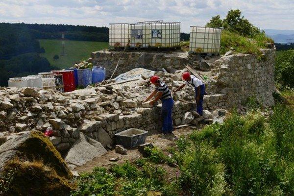 Hrad Šebeš nad obcou Podhradík v okrese Prešov už štvrtý rok obnovujú v rámci projektu záchrany hradov na Slovensku.