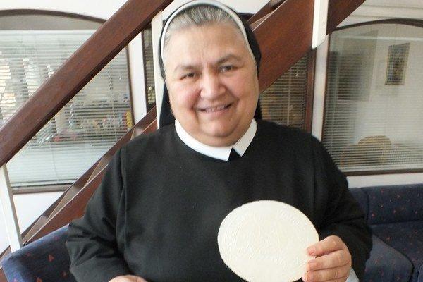 Sestra Maristella. Oplátky bude predávať na vianočných trhoch.