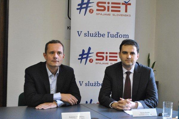 Bývalý kandidát. M. Ďurišin (vpravo, vedľa šéfa Siete R. Procházku) odstúpil a vyzval aj ďalších k tomuto kroku.