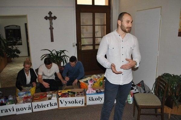 Aktívni študenti. Tomáš Juskiv a ďalší vysokoškoláci priložili ruky k dielu.