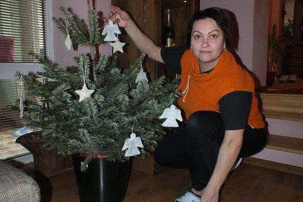 Eva Petrovová. Oslavuje meniny ráno, na obed slávi 44. narodeniny a večer Vianoce.