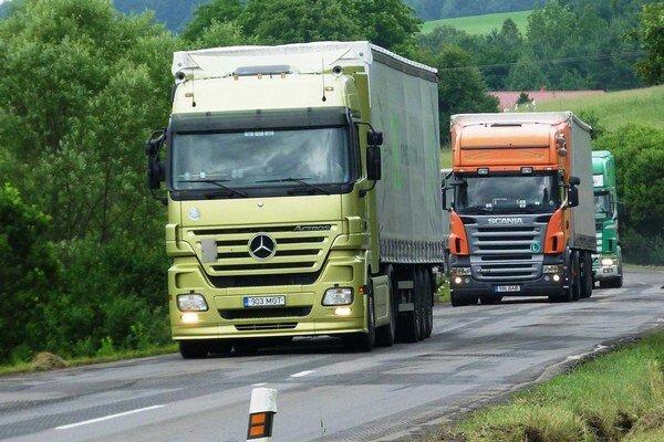 Vyťaženosť ciest. Odľahčiť dopravu má nová komunikácia R4.