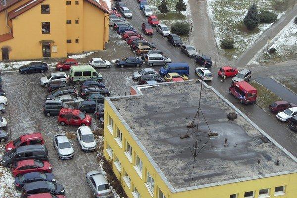Parkovanie pri kostole. Sekčovčania kritizujú chaos, ktorý vzniká pred omšami aj po nich.