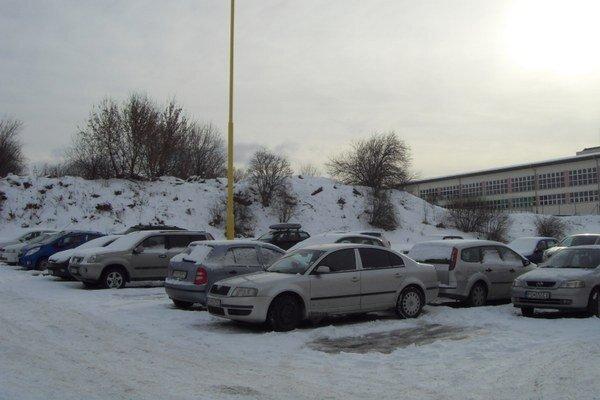 Parkovanie na Sibírskej ulici. Vo vnútrobloku je teraz parkovisko pre 62 áut, nad ním by mal byť garážový dom.