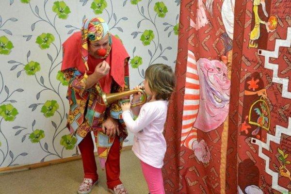 Deti z DSS pripravili pre škôlkarov aj darček v podobe šaša.
