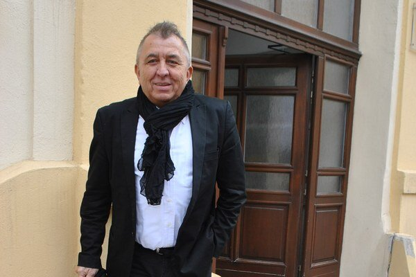 Fero Fenič pred sídlom Stavebného úradu v Prešove.