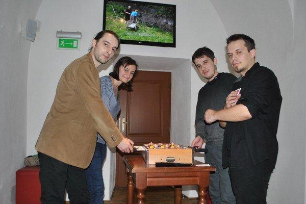 Štyria výtvarníci. Pri FUTUbale a videoprojekcii.