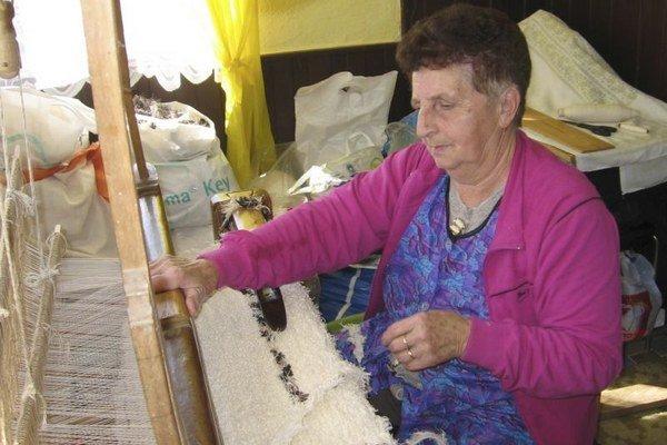 Niekedy sa v obci Víťaz tkalo v každom dome. Na starých krosnách rada stále pracuje aj rodáčka z dediny pani Mária Stahovcová. Koberce z jej krosien majú už všetci z rodiny. Niektoré budú uložené aj v Dome remesiel.