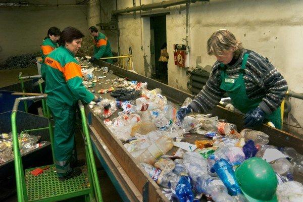 Plastový odpad. Únia chce znížiť jeho objem.