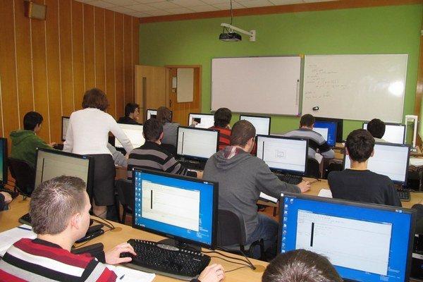 Stredoškoláci. S novými počítačmi budú môcť absolvovať maturitu on line.