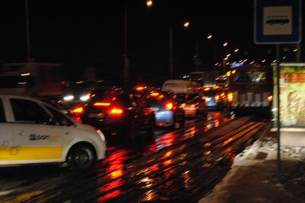 Neprejazdná cesta. Hlavný ťah na Levočskej v stredu podvečer.