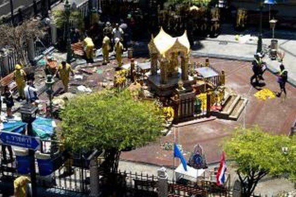 Na snímke vyšetrovatelia prehľadávajú miesto po výbuchu bomby v centre Bangkoku 18. augusta 2015.