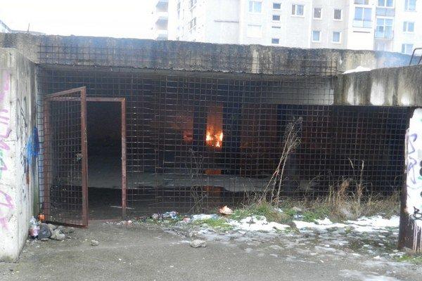 Sibírska ulica. Horel odpad pri podzemných garážach.
