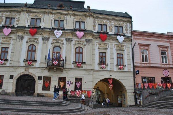 Valentín neminul ani historickú radnicu, kde sídli mestský úrad.