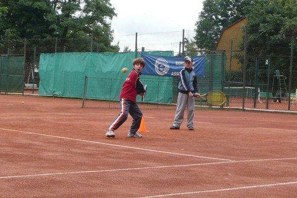 Kurty na Nábrežnej ulici. V tenisovej škole deti získavajú prvé skúsenosti.
