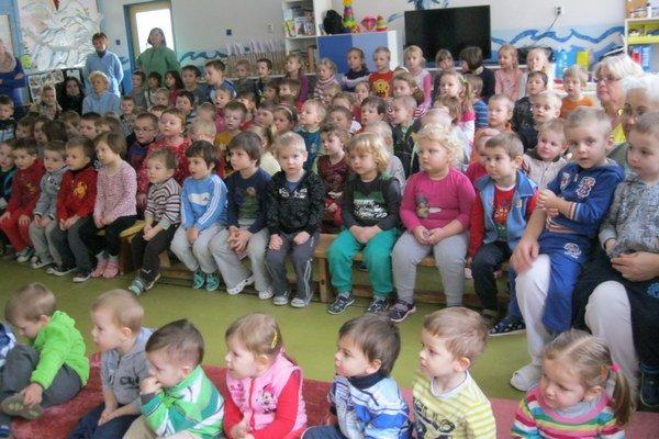 Detské publikum. Rozprávka od budúcich učiteliek zaujala.