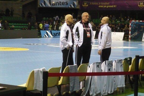 Peter Hatalčík. Tréner, na snímke uprostred, predvčerom trénoval i s mierou oslavoval.
