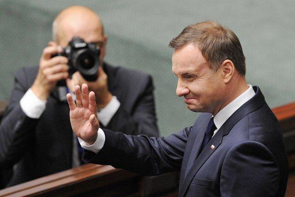 Nový poľský prezident Andrzej Duda máva po zložení prísahy.